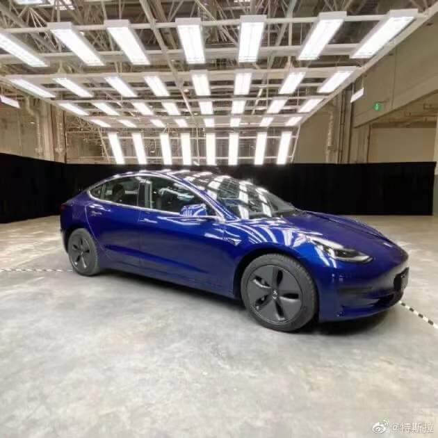 国产特斯拉Model3亮相 中文车尾标亮了!网友:好抠吗?