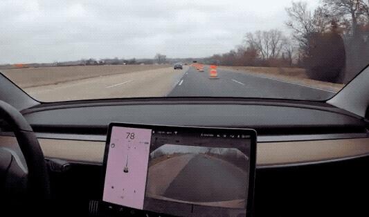 Tesla 自动辅助驾驶帮助车主轻松绕过交通锥筒